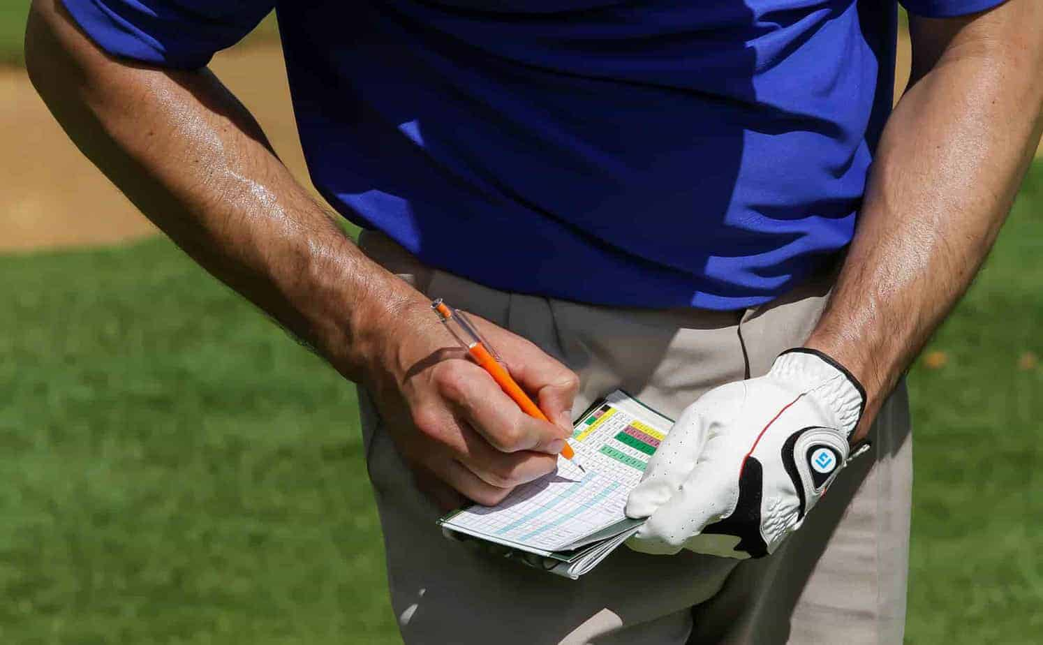 FLOGOLF golfer filling out scorecard